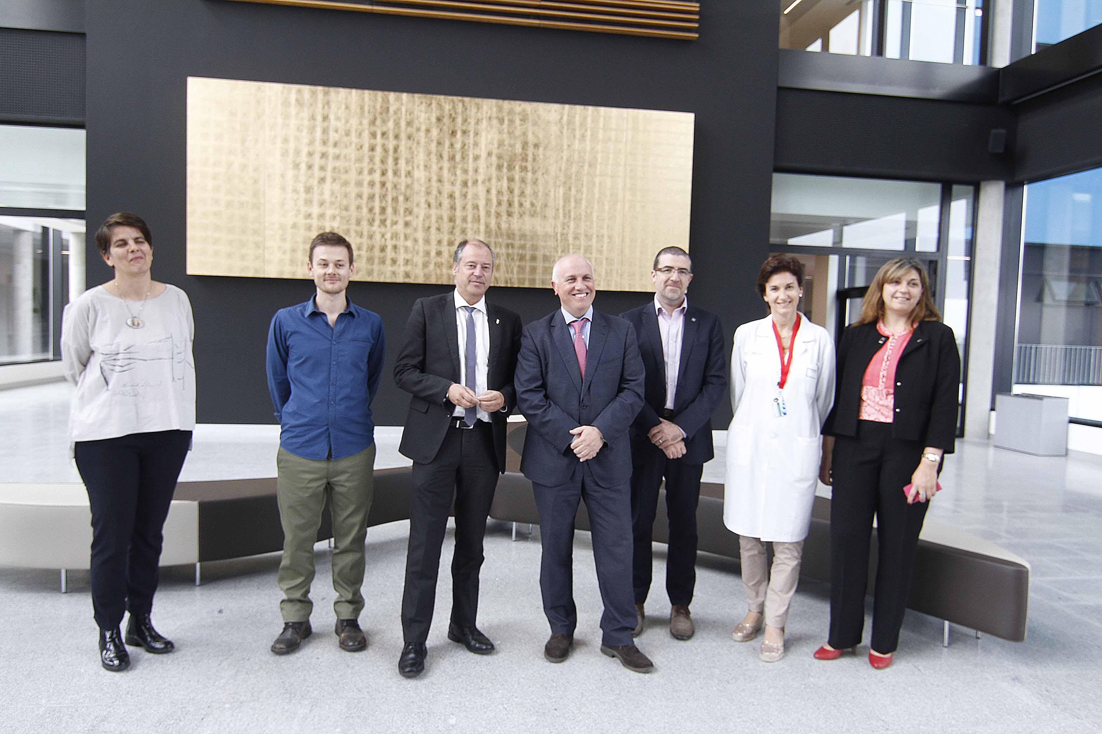 obra_Esmelle_preside_desde_hoxe_vestíbulo_principal_Hospital_Álvaro_Cunqueiro_Vigo