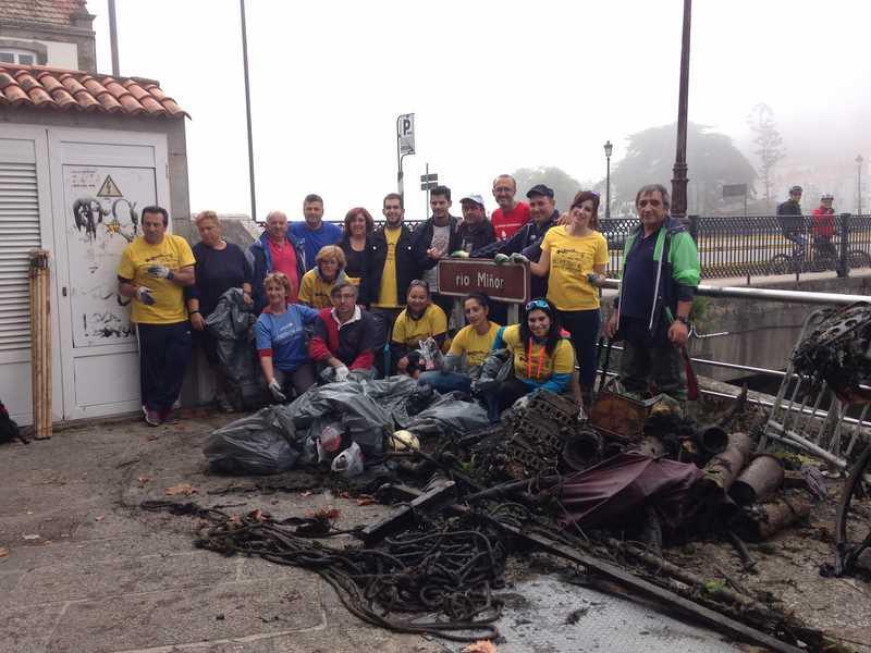 vintena-voluntarios-recolle-preto-dunha-tonelada-lixo-esteiro-Foz-rio-Miñor
