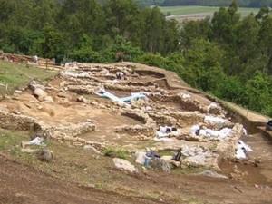 Os-traballos-campo-para-recuperación-consolidación-xacemento-Monte-Castro-Ribadumia-retomaranse-vindeira-primavera