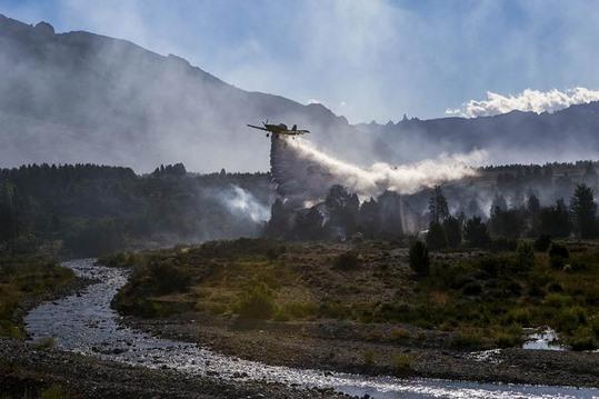 o-incendio-no-parque-nacional-os-alerces-arxentina-segue-activo-e-xa-afectou-1-350-hectareas
